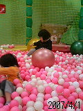 ボールプールで遊んでいます