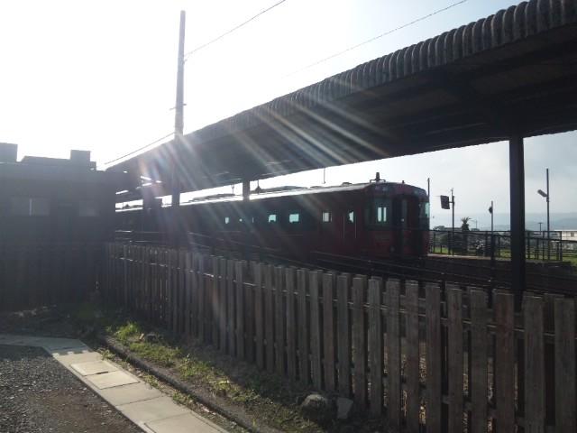かなりレトロ感がある阿蘇駅 電車走ってきた