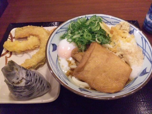 夕食は、とろたまうどんと高菜にぎり、海老天、カボチャ天