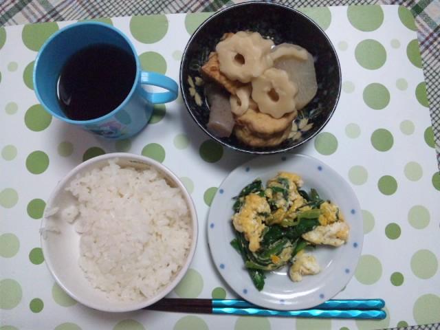 今日の夕ごはんは、おでんとニラ卵炒め、お米は熊本産の森のくまさん