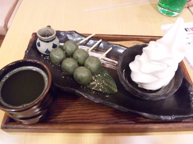 梅田ソフトクリームランドにてよもぎ串団子いただきました