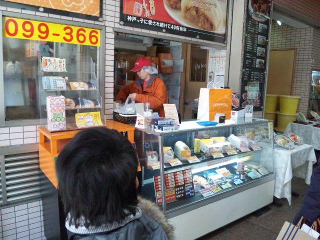 神戸元町にある三宮一貫楼本店で肉飯と焼きそばのハーフセットと餃子いただきました