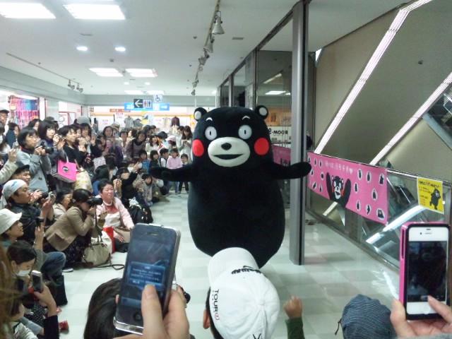 大阪なのに、くまもん。阪急池田駅前で、くまもん体操踊ってる。