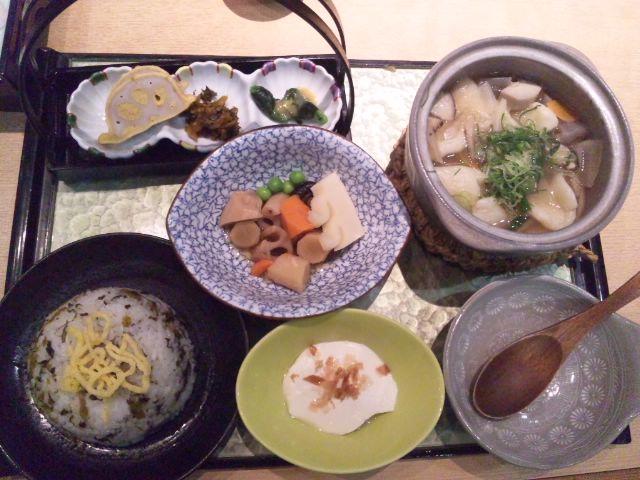 熊本空港のりんどうで馬刺し盛り合わせとだご汁定食いただきました