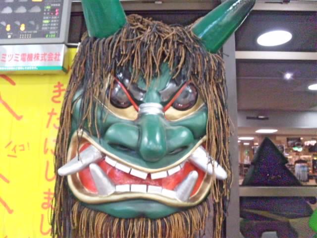 秋田と言えば、なまはげと稲庭うどん。秋田空港は粉雪舞っています